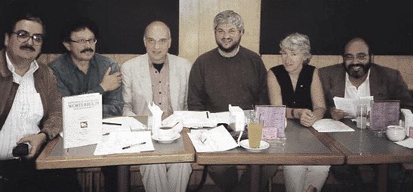 Constitución de un comité consultivo mexicano del DHCM (1996) –de izquierda a derecha: Gabriel Várgas Lozano, Bolívar Echeverría, Wolfgang Fritz Haug, Carlos Aguirre, Frigga Haug y Carlos Figueroa en el Café de la librería Gandhi